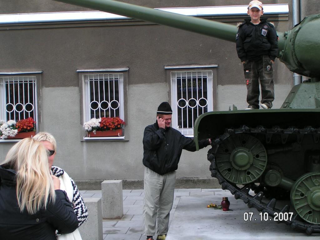 Turyści miłośnicy militariów II Wojny Światowej fot. Tomasz Goomi Gomółka